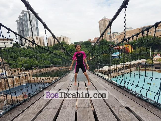Aktiviti Menarik Di Sunway Lagoon Theme Park | Berjalan Merentasi Jambatan Gantung Sunway Lagoon (Hanging Bridge) Terpanjang Dunia!