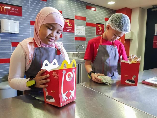 Pengalaman KidZania Malaysia | Aktiviti Menarik KidZania – Burger Maker (Pembuat Burger) Di Burger Shop KidZania Malaysia (Tips & Gambar)